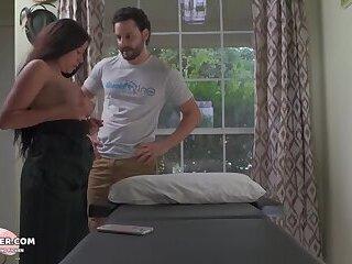 Er gibt mir eine Massage und hilft mir zu heilen